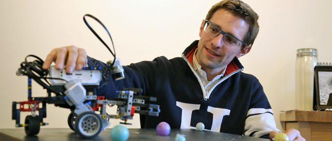 Eric Hueber, le prof qui initie les enfants à la robotique