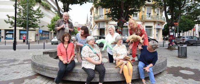 C'est la jungle avec le Gang des tricoteuses, place de la Paix!