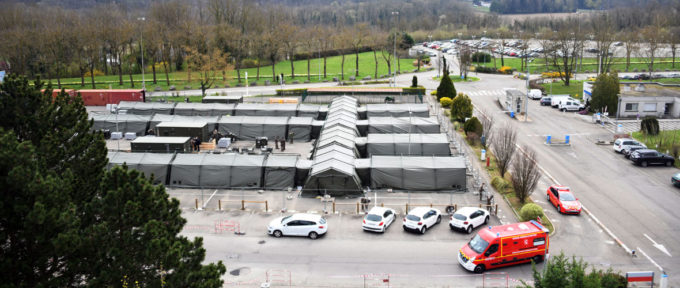 Coronavirus : l'hôpital de campagne en cours de déploiement à Mulhouse
