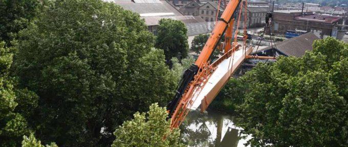 Berges de l'Ill: une nouvelle passerelle de 44 mètres installée par deux grues